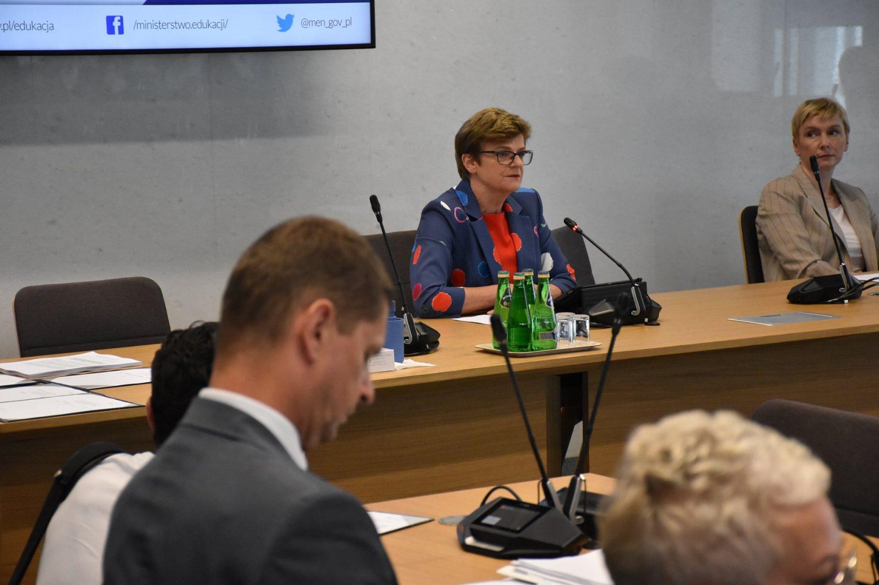 Komisji Edukacji, Nauki i Młodzieży w sprawie powrotu uczniów do szkół